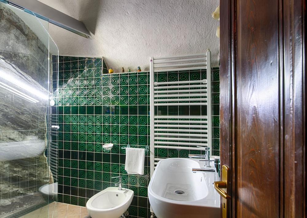 문타 에 카라 알베르고 디푸소(Munta e Cara Albergo Diffuso) Hotel Image 13 - Bathroom
