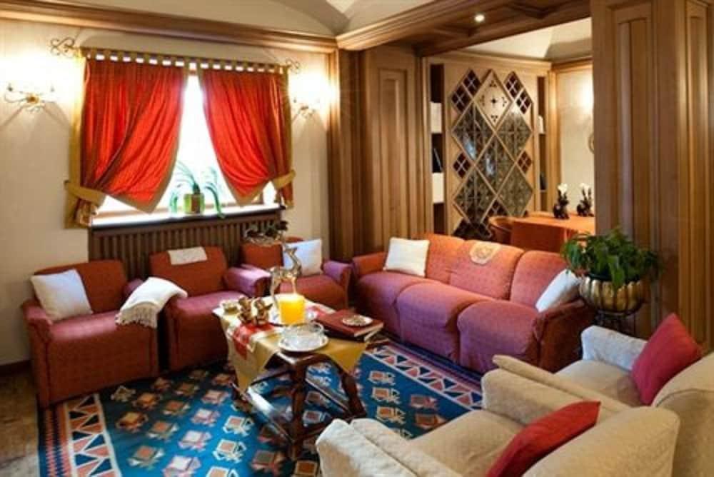 아퀼라(Aquila) Hotel Image 1 - Lobby Sitting Area