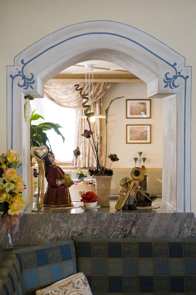 호텔 갈리(Hotel Galli) Hotel Image 1 - Lobby Sitting Area