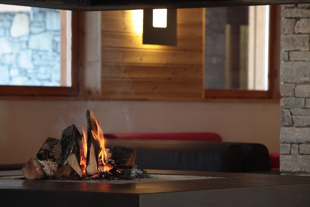 레지던스 르 샬렛 두 몽 발론(Residence Le Chalet du Mont Vallon) Hotel Image 52 - Fireplace