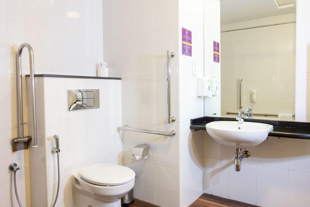 프리미어 인 아부다비 캐피탈 센터(Premier Inn Abu Dhabi Capital Centre) Hotel Image 41 - Bathroom