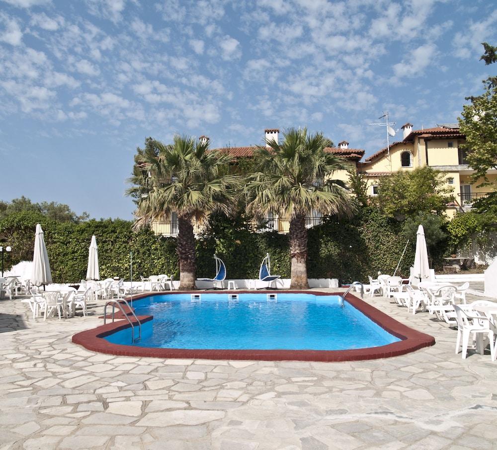 테오 벙갈로우(Theo Bungalows) Hotel Image 13 - Outdoor Pool