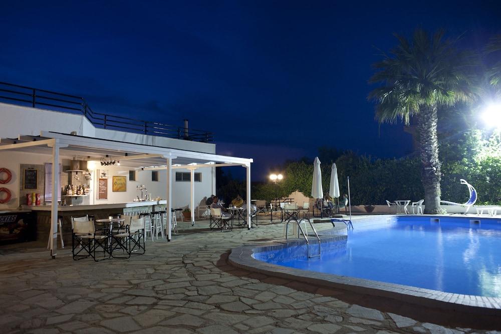 테오 벙갈로우(Theo Bungalows) Hotel Image 14 - Outdoor Pool