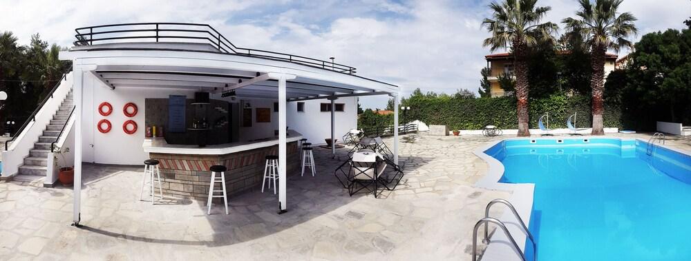 테오 벙갈로우(Theo Bungalows) Hotel Image 15 - Outdoor Pool