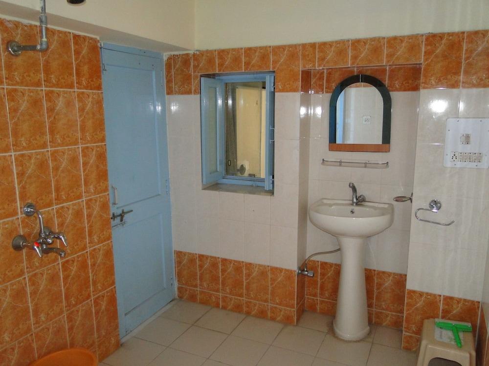가네샴 게스트 하우스(Ganesham Guest House) Hotel Image 30 - Bathroom