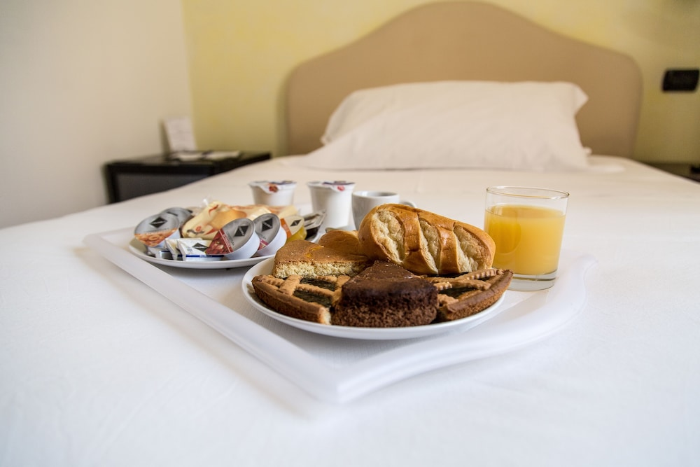 일 코르소 베드 앤드 브렉퍼스트(Il Corso Bed And Breakfast) Hotel Thumbnail Image 55 - Room Service - Dining