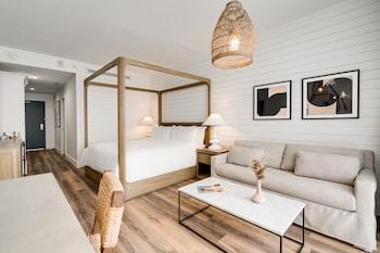 Penthouse Deluxe Bedroom, 1 King Bed, Balcony, Partial Ocean View