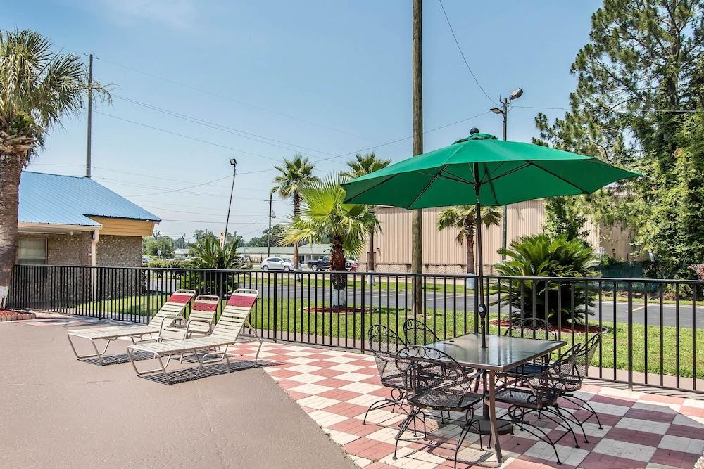 퀄리티 인 하인스빌 - 포트 스튜어트 에어리어(Quality Inn Hinesville - Fort Stewart Area) Hotel Image 5 - Pool