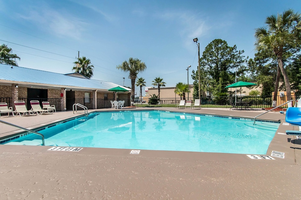 퀄리티 인 하인스빌 - 포트 스튜어트 에어리어(Quality Inn Hinesville - Fort Stewart Area) Hotel Image 7 - Pool