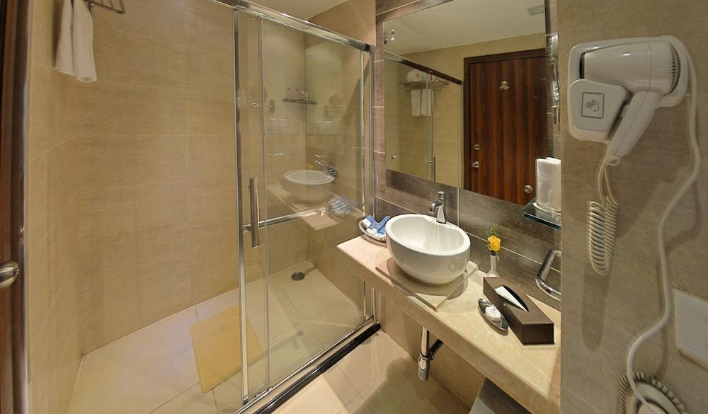 고쿨람 파크 코임바토르(Gokulam Park Coimbatore) Hotel Image 12 - Bathroom