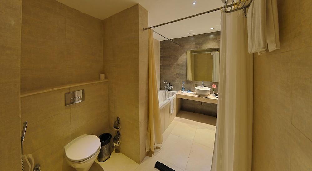 고쿨람 파크 코임바토르(Gokulam Park Coimbatore) Hotel Image 13 - Bathroom