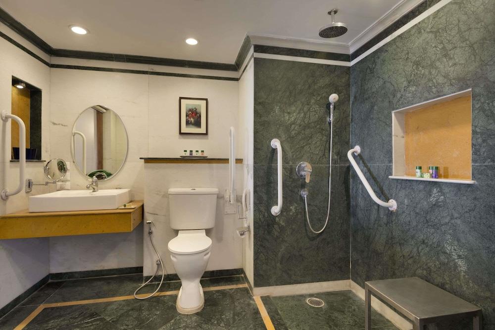 라마다 우다이푸르 리조트 앤드 스파(Ramada Udaipur Resort and Spa) Hotel Image 21 - Bathroom