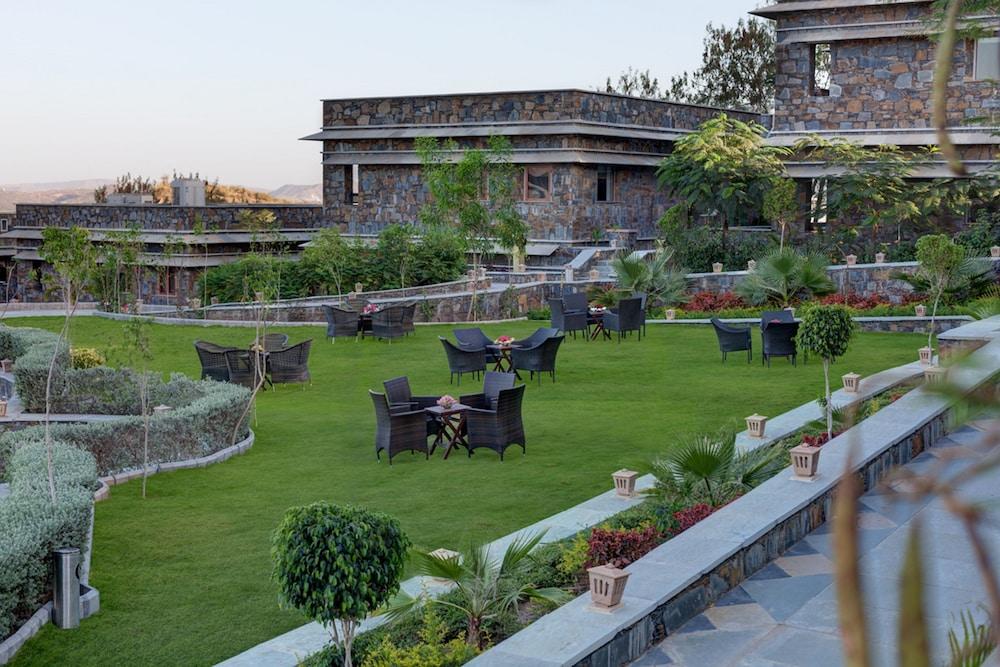 라마다 우다이푸르 리조트 앤드 스파(Ramada Udaipur Resort and Spa) Hotel Image 53 - Garden