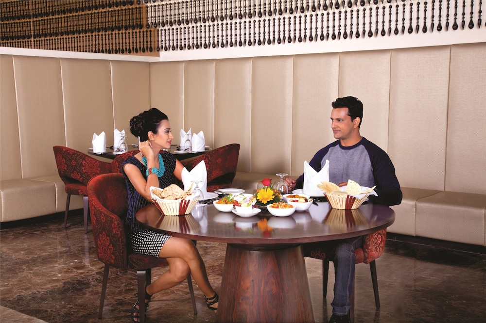 라마다 우다이푸르 리조트 앤드 스파(Ramada Udaipur Resort and Spa) Hotel Image 41 - Restaurant