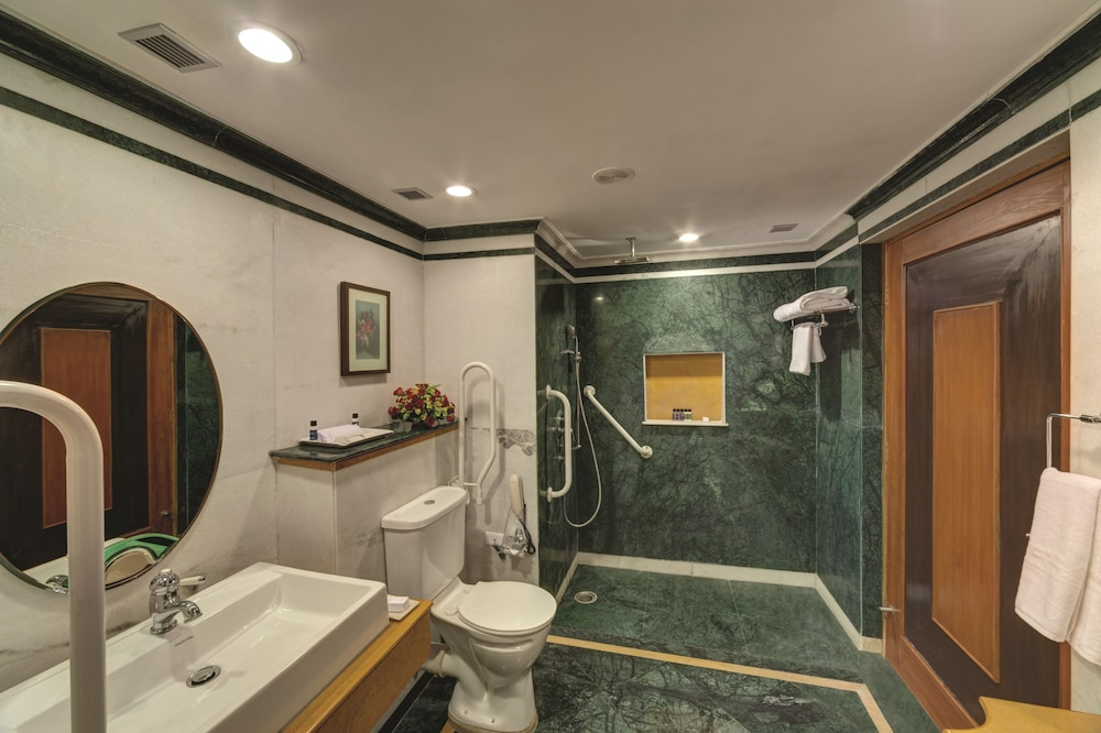 라마다 우다이푸르 리조트 앤드 스파(Ramada Udaipur Resort and Spa) Hotel Image 17 - Bathroom