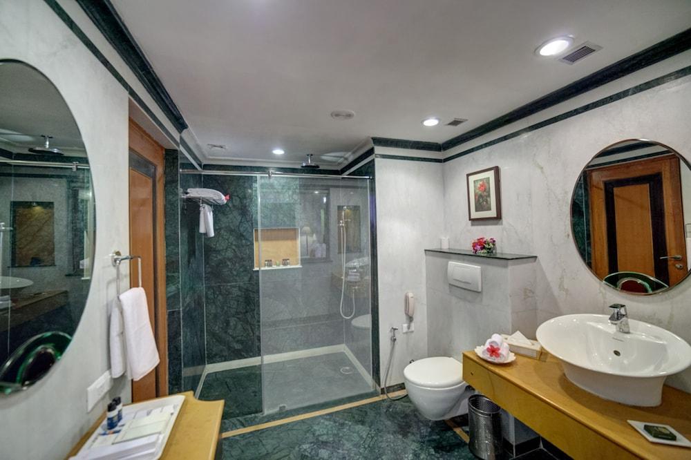 라마다 우다이푸르 리조트 앤드 스파(Ramada Udaipur Resort and Spa) Hotel Image 20 - Bathroom
