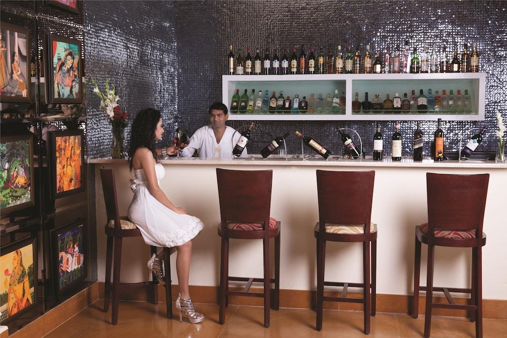 라마다 우다이푸르 리조트 앤드 스파(Ramada Udaipur Resort and Spa) Hotel Image 43 - Hotel Bar