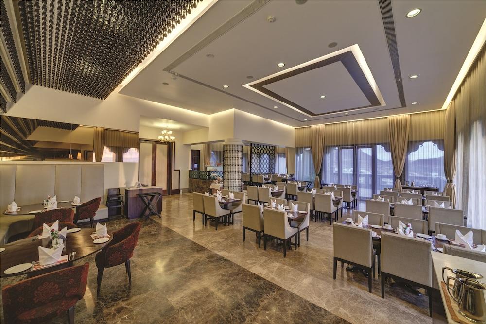라마다 우다이푸르 리조트 앤드 스파(Ramada Udaipur Resort and Spa) Hotel Image 40 - Restaurant