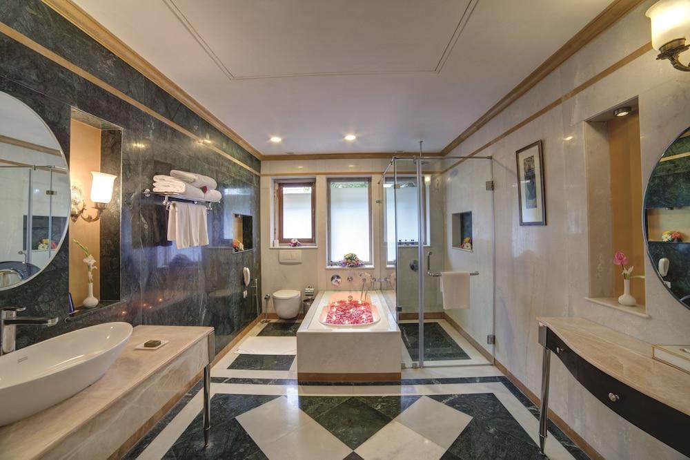 라마다 우다이푸르 리조트 앤드 스파(Ramada Udaipur Resort and Spa) Hotel Image 18 - Bathroom