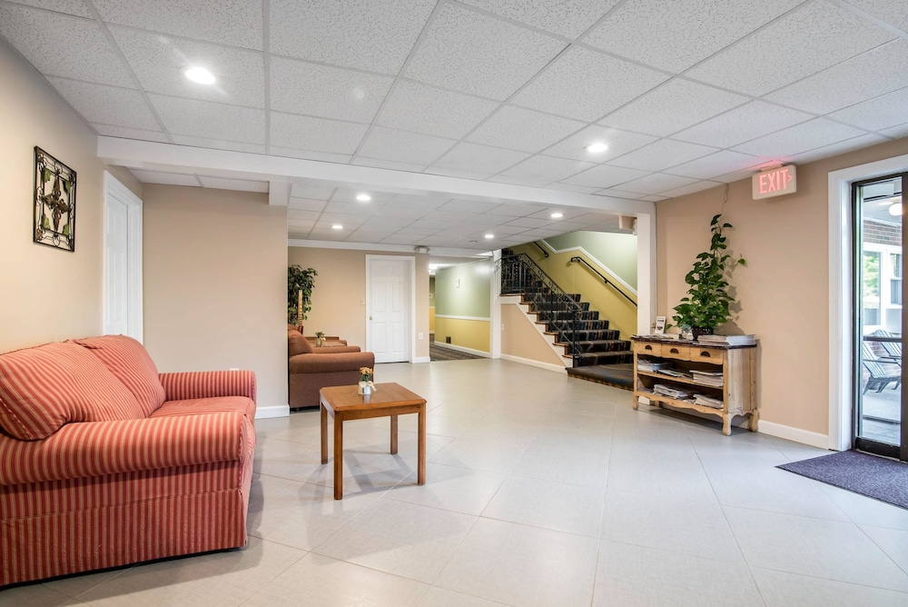 이코노 로지 인 & 스위트(Econo Lodge Inn & Suites) Hotel Image 4 - Lobby