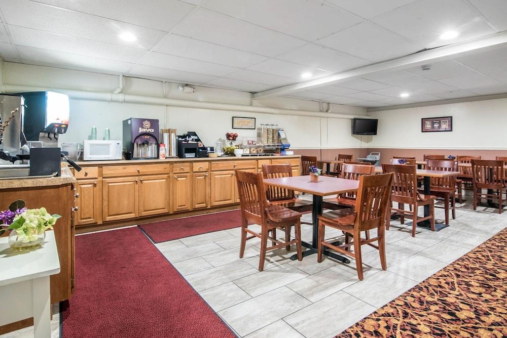 이코노 로지 인 & 스위트(Econo Lodge Inn & Suites) Hotel Image 35 - Breakfast Area