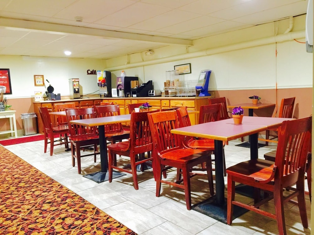이코노 로지 인 & 스위트(Econo Lodge Inn & Suites) Hotel Image 34 - Breakfast Area