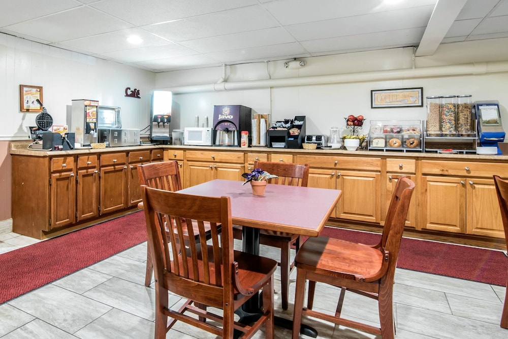 이코노 로지 인 & 스위트(Econo Lodge Inn & Suites) Hotel Image 36 - Breakfast Area