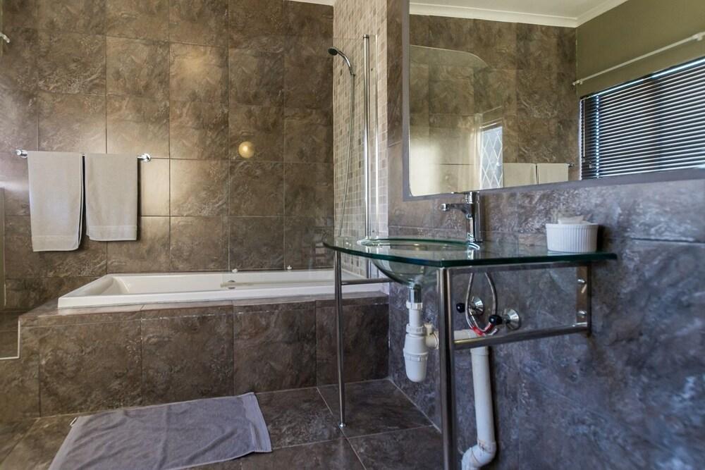 실버스톤 게스트 하우스(Silverstone Guest House) Hotel Image 12 - Bathroom