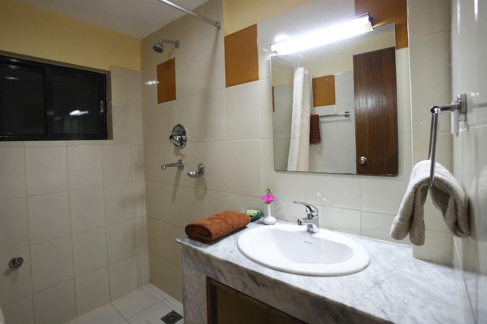 로얄 아스토리아 호텔(Royal Astoria Hotel) Hotel Image 34 - Bathroom Shower
