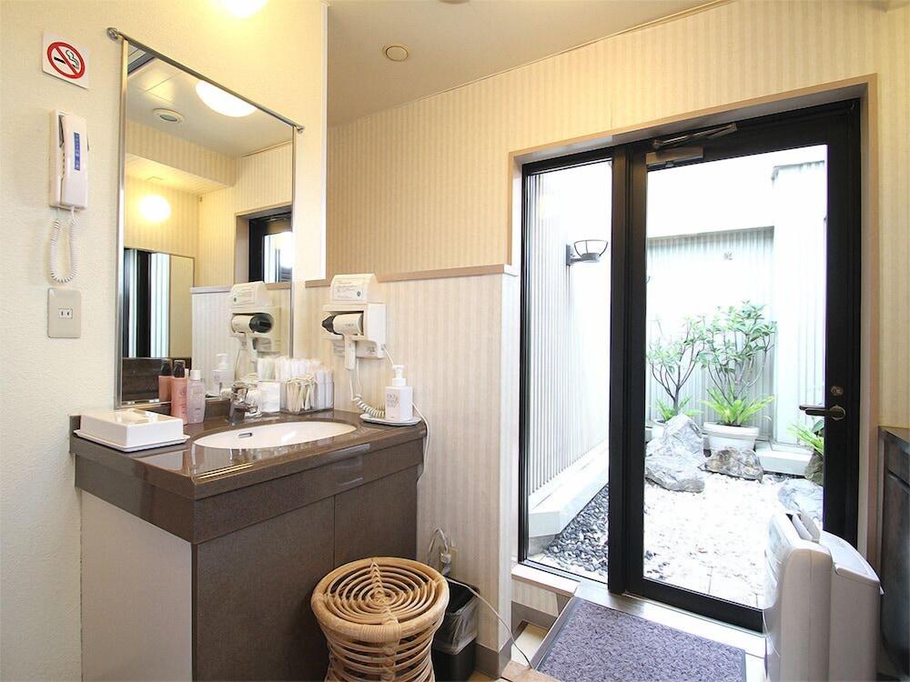 호텔 루트-인 나하 아사히바시 에키 히가시(Hotel Route-Inn Naha Asahibashi Eki Higashi) Hotel Image 17 - Bathroom Sink