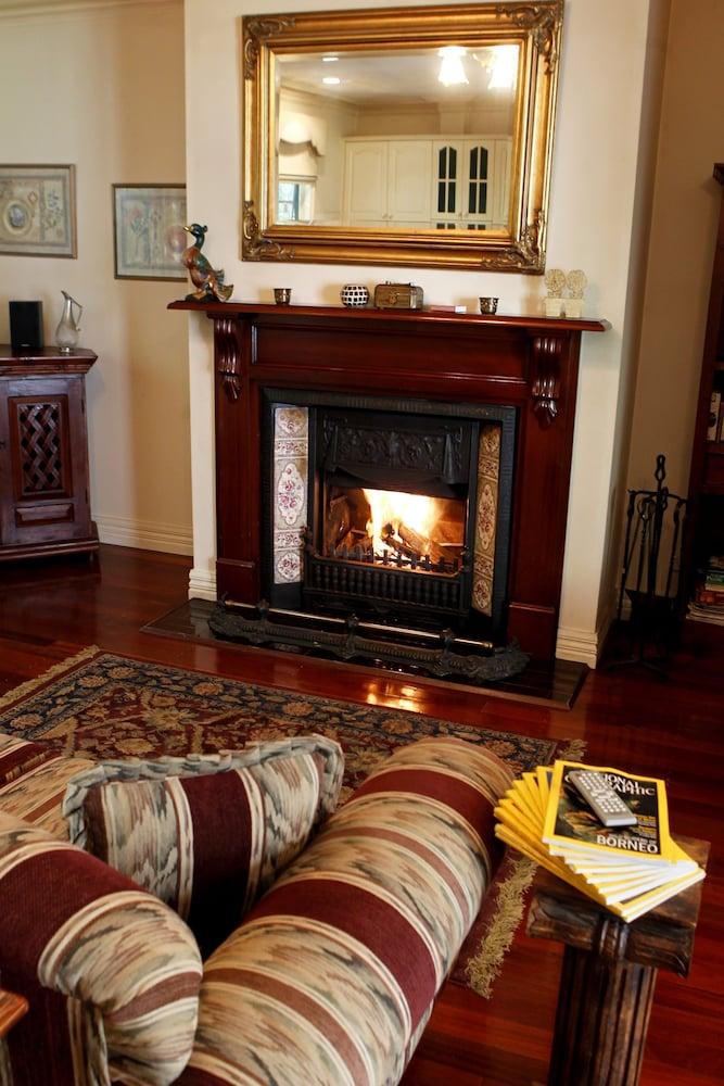 몰튼 파크 카티지스(Moulton Park Cottages) Hotel Image 19 - Fireplace