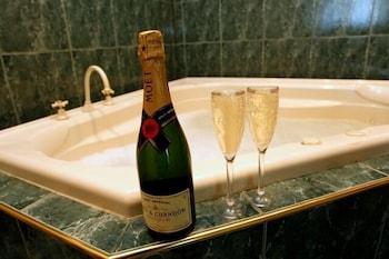 몰튼 파크 카티지스(Moulton Park Cottages) Hotel Image 15 - Deep Soaking Bathtub