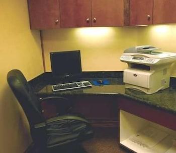 햄프턴 인 & 스위트 위니(Hampton Inn and Suites Winnie) Hotel Image 30 - Business Center