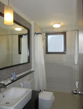 One Crescent Place Boracay Bathroom