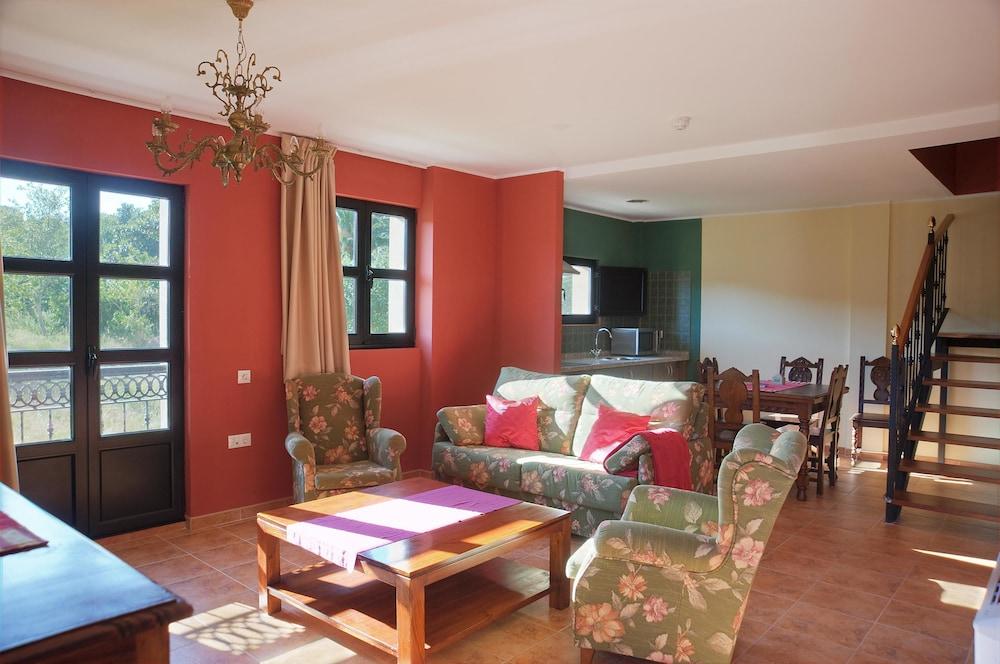 라 카소나 데 라 로사(La Casona de la Roza) Hotel Image 26 - Living Room