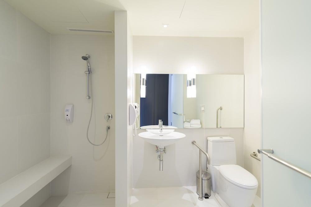 홀리데이 인 익스프레스 방콕 시암(Holiday Inn Express Bangkok Siam) Hotel Image 12 - Bathroom