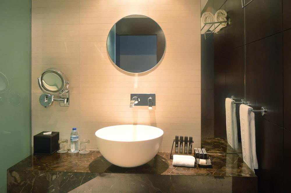 더 캔버스 호텔 두바이 엠갤러리 바이 소피텔(The Canvas Hotel Dubai MGallery By Sofitel) Hotel Image 26 - Bathroom