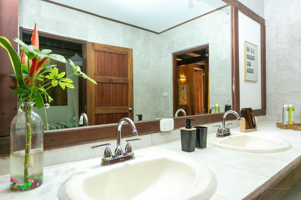https://i.travelapi.com/hotels/5000000/4660000/4650100/4650091/5d4345cf_z.jpg