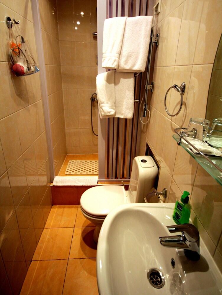 아트-하우스 호텔(Art-House Hotel) Hotel Image 15 - Bathroom