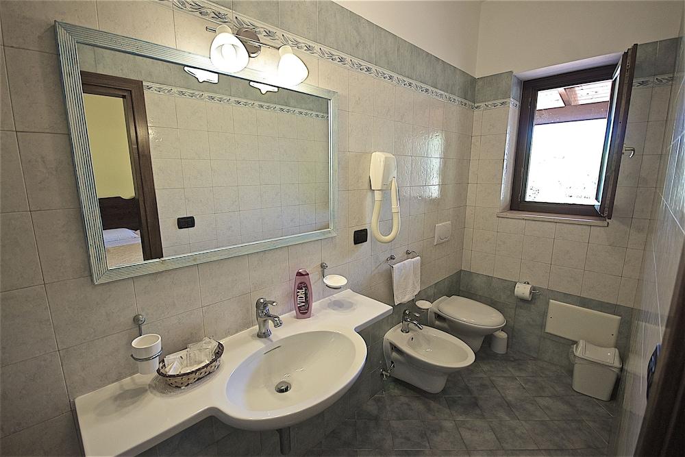 호텔 마세리아 레 파야레(Hotel Masseria Resort Le Pajare) Hotel Image 79 - Bathroom