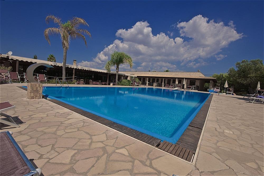 호텔 마세리아 레 파야레(Hotel Masseria Resort Le Pajare) Hotel Image 10 - Pool