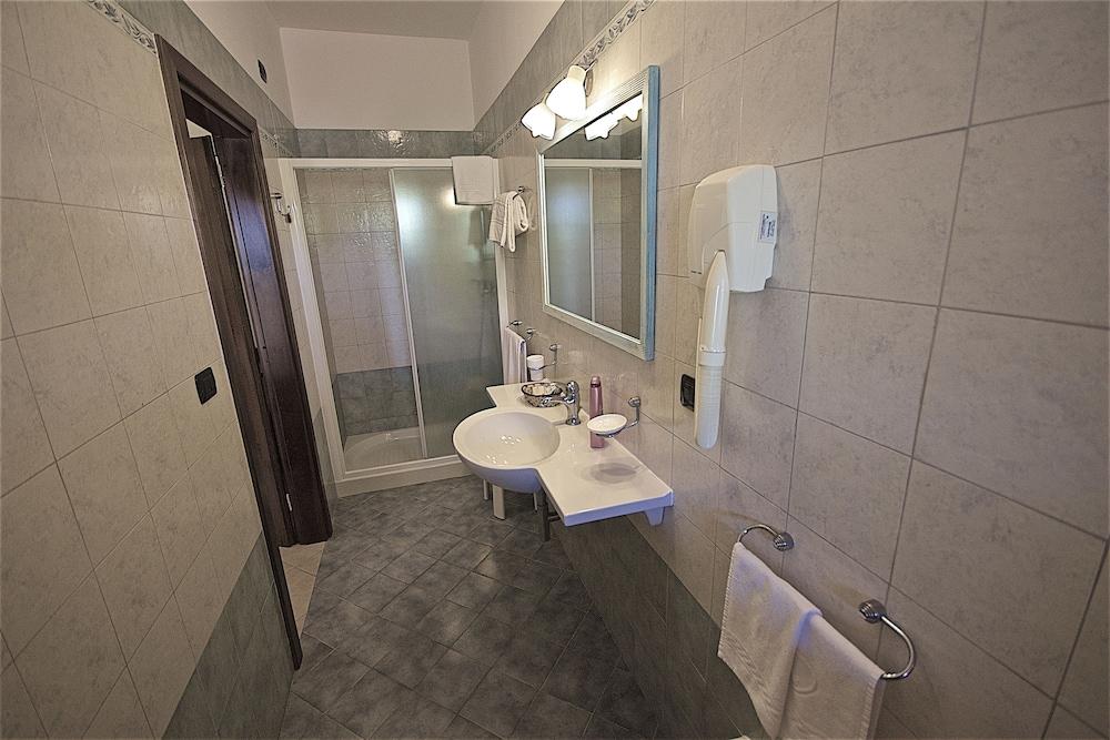 호텔 마세리아 레 파야레(Hotel Masseria Resort Le Pajare) Hotel Image 84 - Bathroom