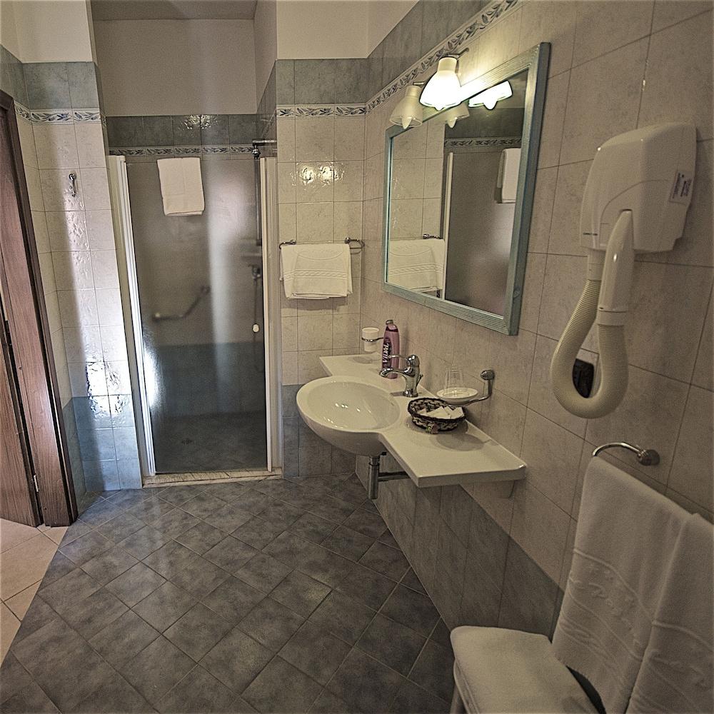 호텔 마세리아 레 파야레(Hotel Masseria Resort Le Pajare) Hotel Image 85 - Bathroom