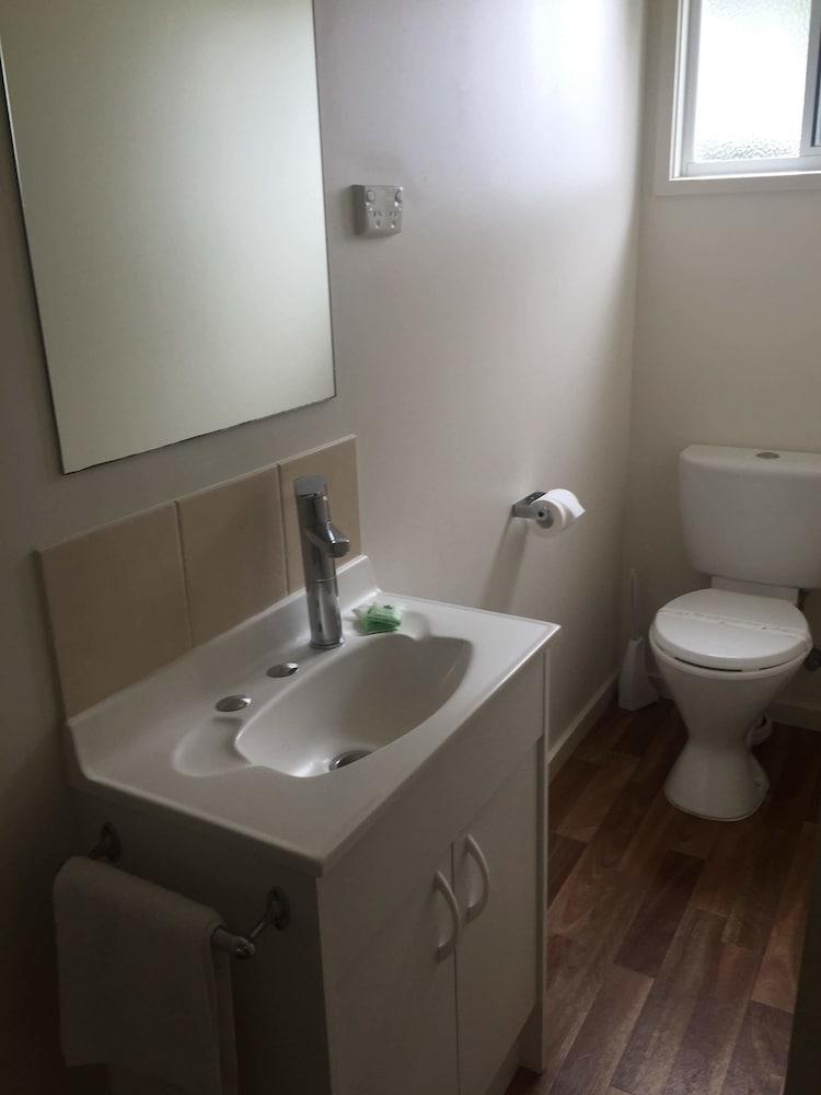 아마루 홀리데이 파크(Amaroo Holiday Park) Hotel Image 47 - Bathroom