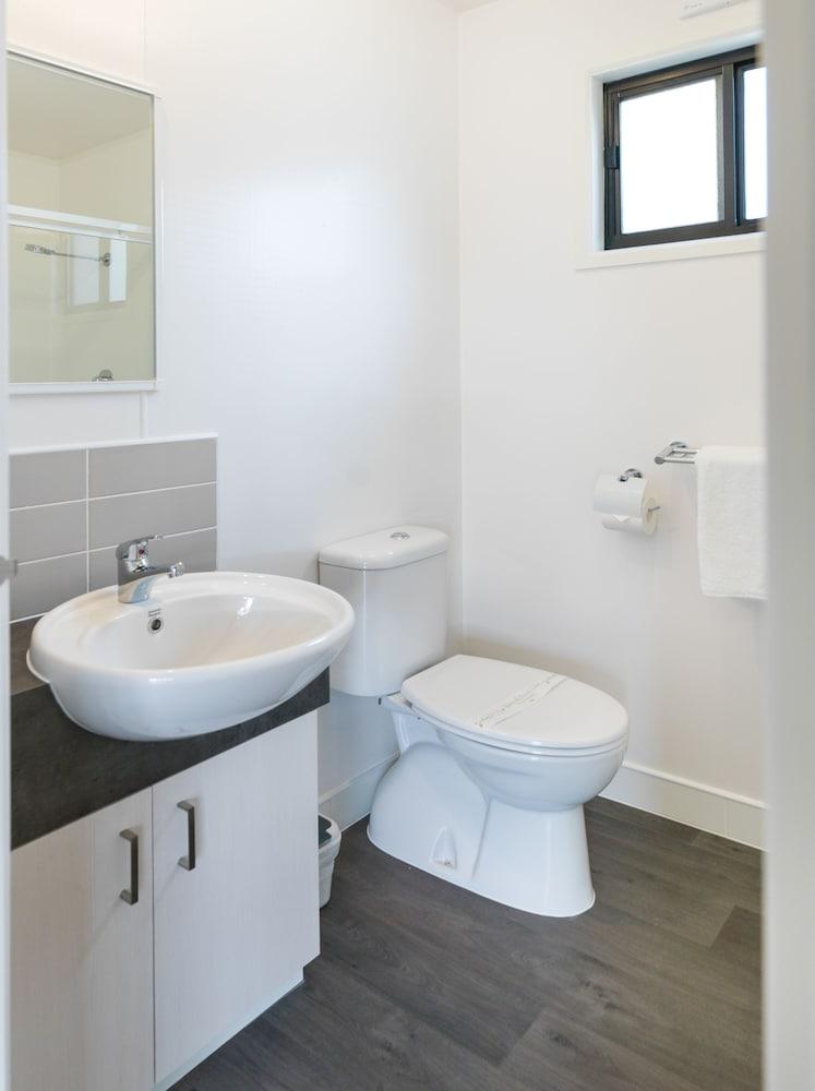 아마루 홀리데이 파크(Amaroo Holiday Park) Hotel Image 50 - Bathroom