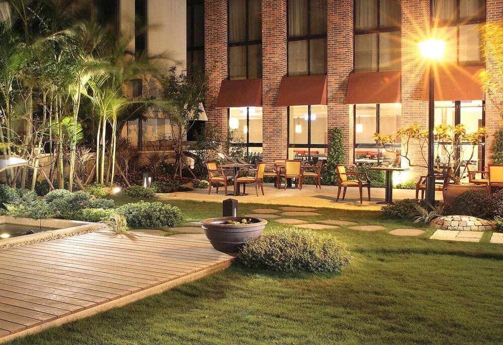 솔 호텔(Sol Hotel) Hotel Image 37 - Hotel Front - Evening/Night