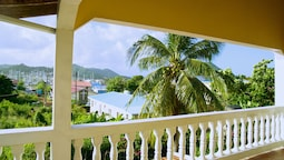 Tropical Breeze Guesthouse and Furnished Apartments