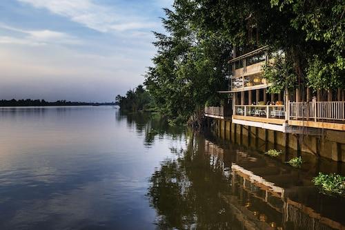 . An Lam Retreats Saigon River