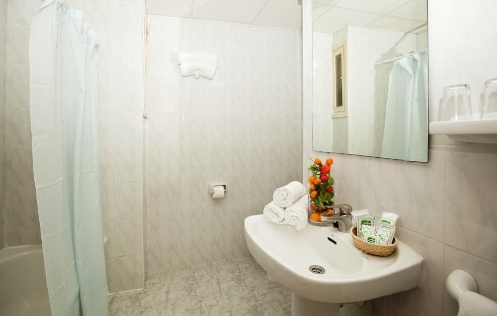 호텔 트로피코 플라야(Hotel Tropico Playa) Hotel Image 9 - Bathroom