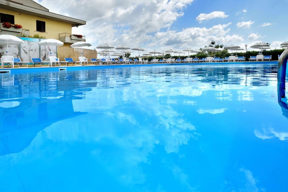 호텔 리스토란테 단테(Hotel Ristorante Dante) Hotel Image 27 - Outdoor Pool